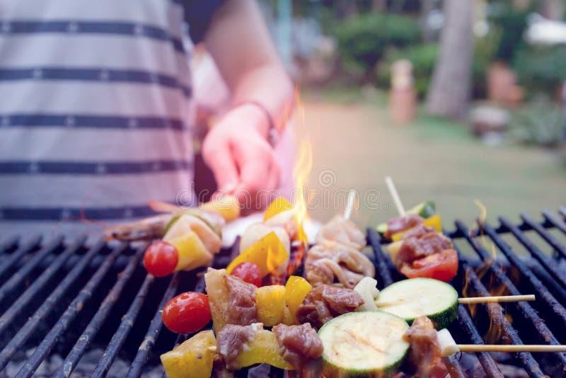 晚餐烤肉用烘烤海鲜和猪肉,葡萄酒 免版税图库摄影