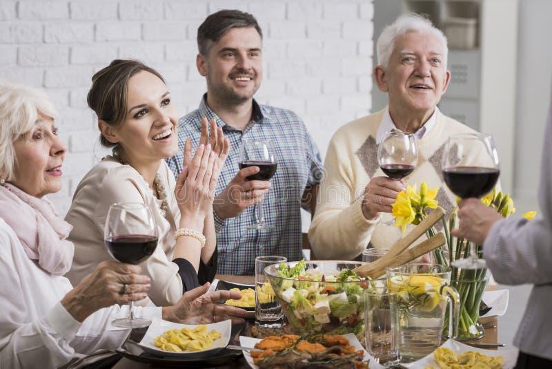 晚餐的家庭成员 免版税图库摄影