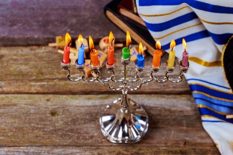 晨祷披巾、犹太盖帽和九个蜡烛menorah 库存图片