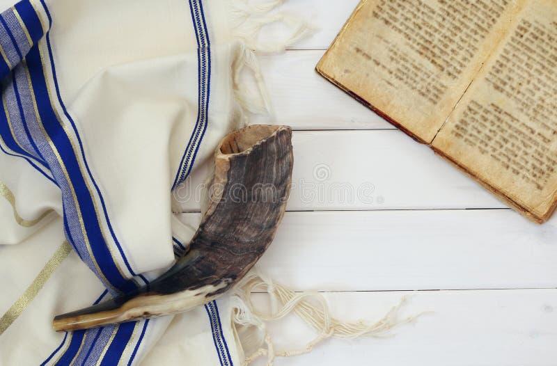 晨祷披巾- Tallit和羊角号& x28; horn& x29;犹太宗教标志 库存照片