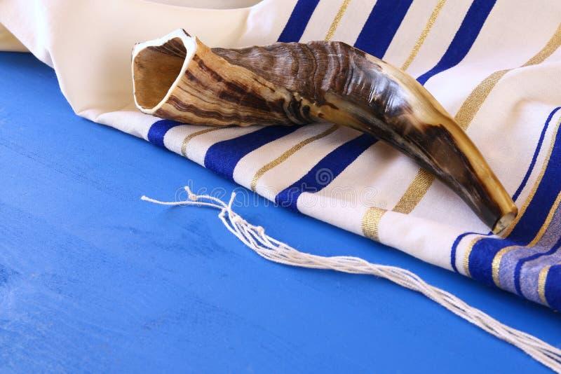 晨祷披巾- Tallit和羊角号& x28; horn& x29;犹太宗教标志 免版税库存图片