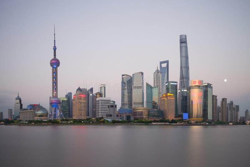 普东区、现代摩天大楼和黄浦江长的曝光在上海日落的 r 免版税库存图片