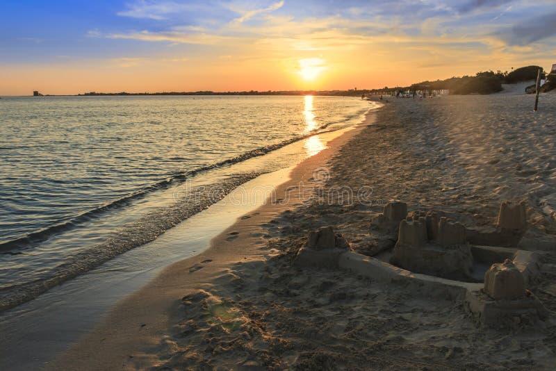 普利亚最美丽的沙滩  Salento海岸:日落的海岸线 波尔图cesareo海滩 意大利(莱切) 库存照片