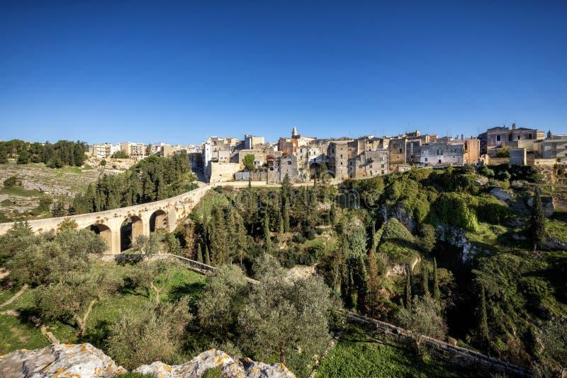 普利亚格拉维纳,有延伸在峡谷的罗马两层的桥梁的 巴里,普利亚,意大利 图库摄影