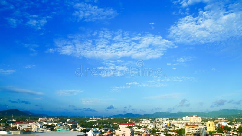 普吉岛市顶视图在早上、新鲜空气、软的阳光、美丽的天空和绿色树谷,普吉岛最是一个  免版税图库摄影