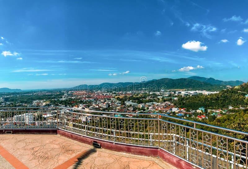 普吉岛镇看法从敲响了小山,普吉岛,泰国 库存图片