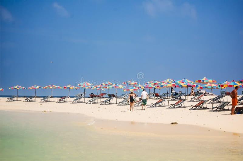普吉岛,泰国- 2009年:海滩睡椅和五颜六色的伞排行海滩 免版税库存照片