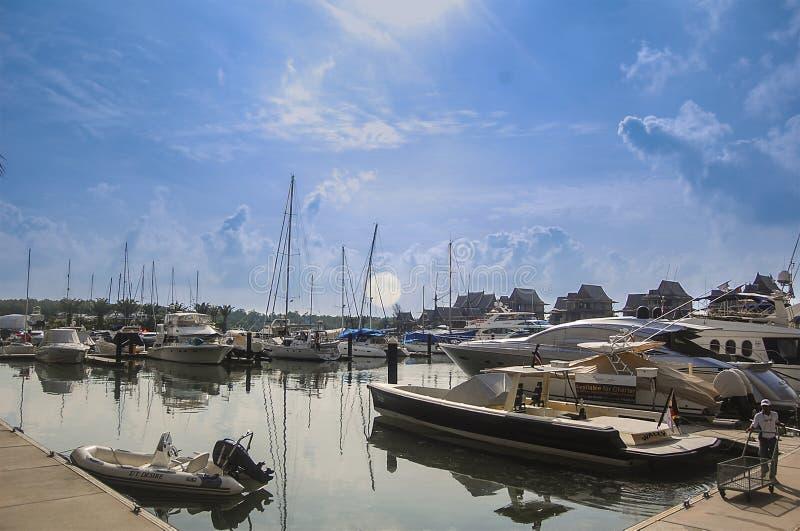 普吉岛,泰国- 2009年:靠码头在皇家普吉岛小游艇船坞的小船 库存照片