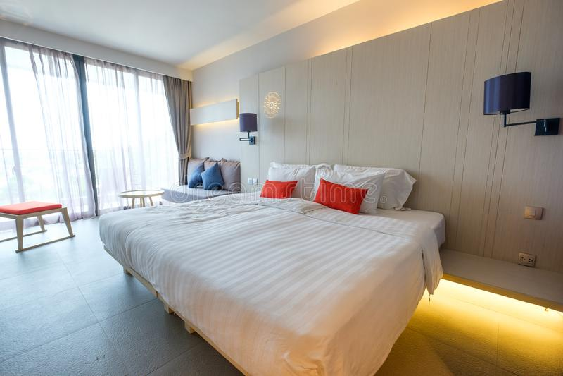普吉岛,泰国- 2017年4月03日:豪华现代卧室海视图在yama旅馆里 库存图片