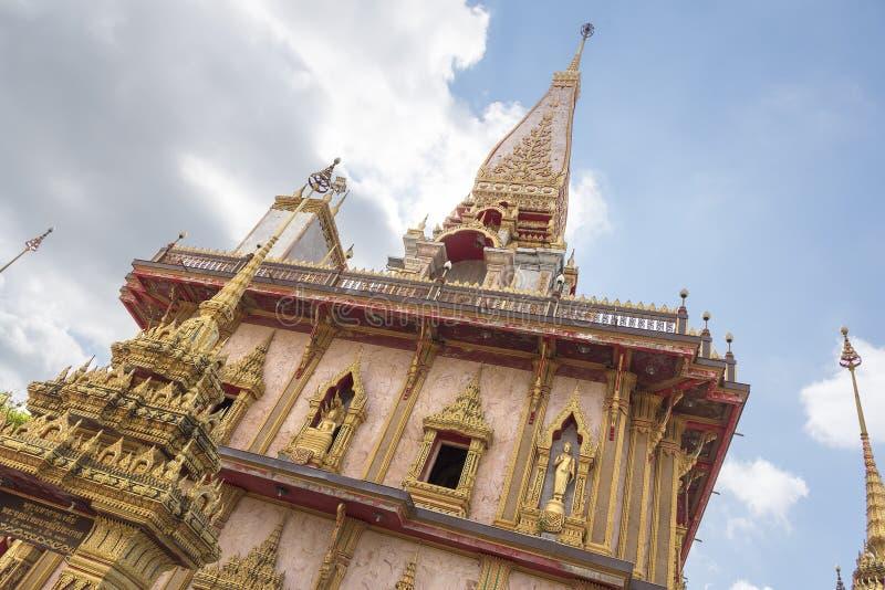 普吉岛,泰国- 04/19/2019:Wat查龙寺庙在普吉岛海岛,泰国的晴朗的夏日 它最大和最旧 库存图片
