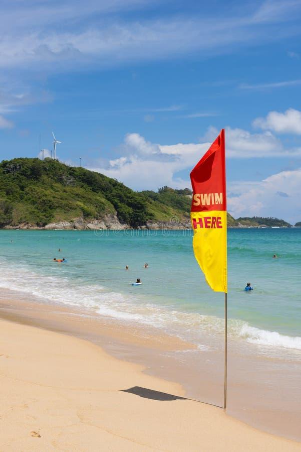 普吉岛, THAILAND-AUGUST 29, 2015告诉的游人旗子游泳 免版税库存照片