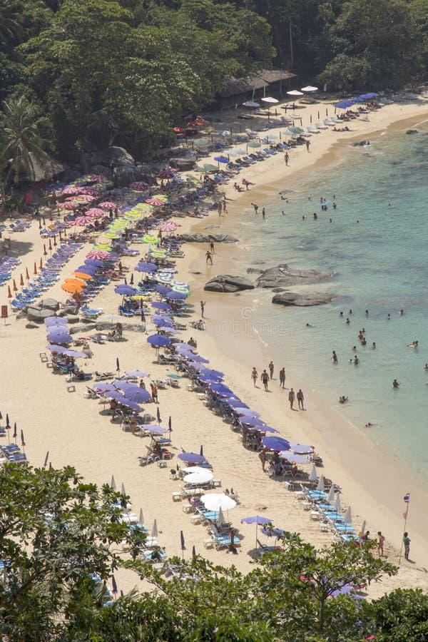 普吉岛, THAILAND-FEBRUARY第20 2014年:Laem辛哈beac的游人 免版税图库摄影