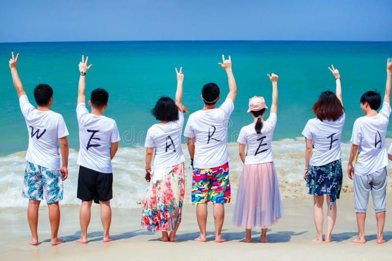 普吉岛3月12日2019年泰国 公司假日愉快的朋友 免版税库存照片