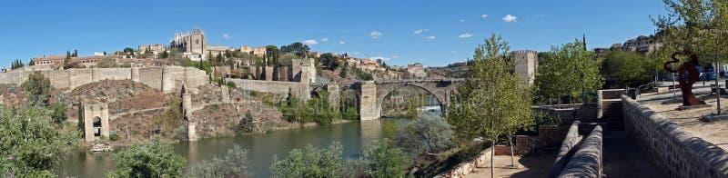 普恩特de圣马丁省桥梁全景在托莱多,西班牙 免版税库存图片