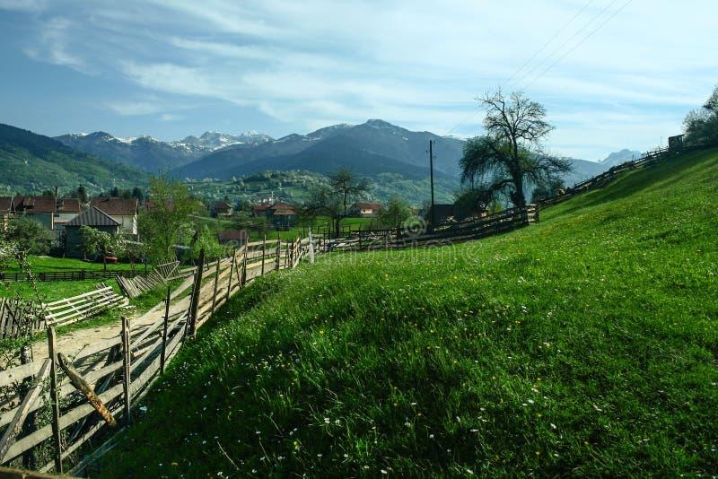 普拉夫村庄,在黑山,阿尔巴尼亚边界的,在巴尔干山脉中间 免版税图库摄影