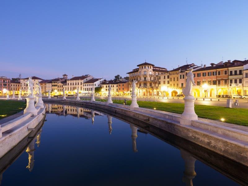 普拉托della瓦尔广场在帕多瓦,意大利在晚上 免版税图库摄影