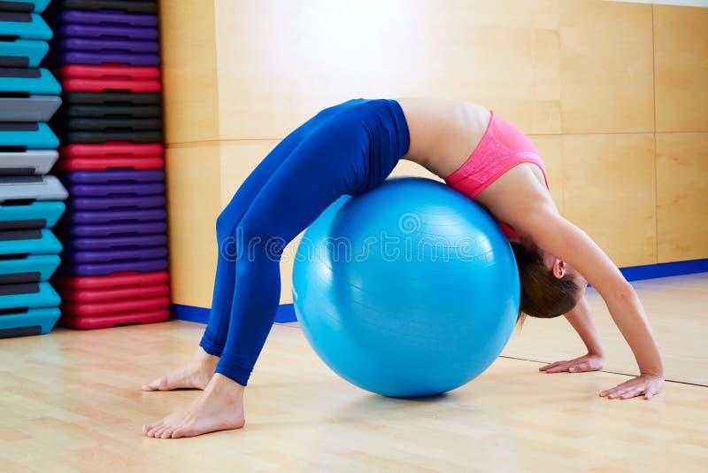 普拉提女子体操桥梁fitball锻炼 库存照片