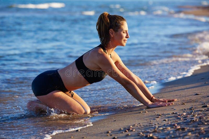 普拉提瑜伽锻炼锻炼室外在海滩 库存照片