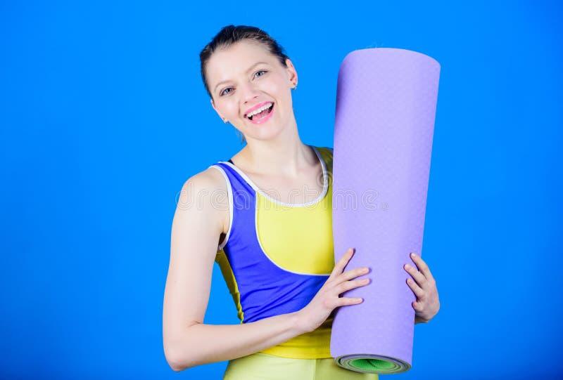 普拉提 成功 体育席子设备 运动健身 在健身房的运动的妇女训练 强的肌肉和力量 愉快 库存照片