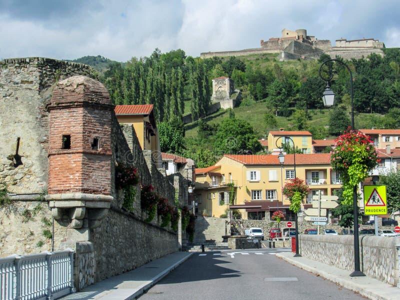 普拉茨de Mollo la Preste,东比利牛斯省,法国南部:中世纪被加强的镇的全景有堡垒的拉加尔德 免版税库存图片
