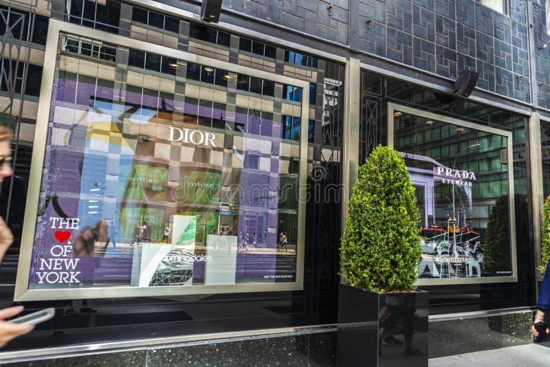 普拉达和迪奥商店在布鲁明黛百货店在纽约,美国 免版税库存图片