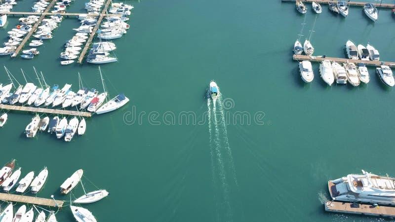 普拉,克罗地亚- 2017年8月2日 加速的汽艇空中射击在小游艇船坞码头附近的 库存图片