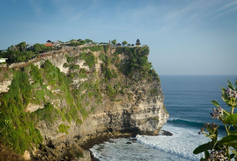 普拉Luhur Uluwatu寺庙,巴厘岛,印度尼西亚全景在峭壁的 库存图片