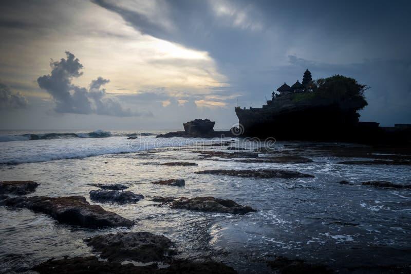 普拉Tanah在日落,巴厘岛,印度尼西亚的全部寺庙 库存图片