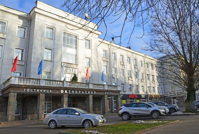 普斯克夫,俄罗斯, 2017年12月, 31日 在Oktyabrskaya旅馆附近的汽车在普斯克夫 免版税库存照片