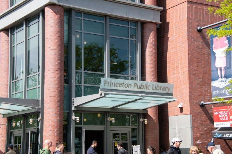 普林斯顿公立图书馆的正门有走在前面的人的 免版税库存照片