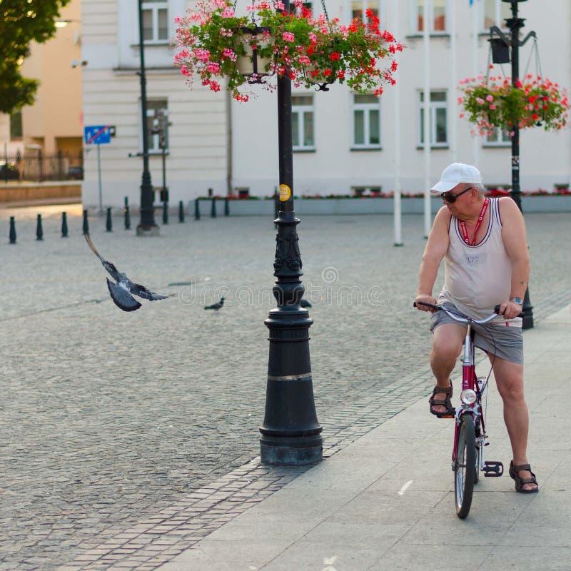 普沃茨克,波兰, 2015年8月4日,人社论照片有自行车的 图库摄影