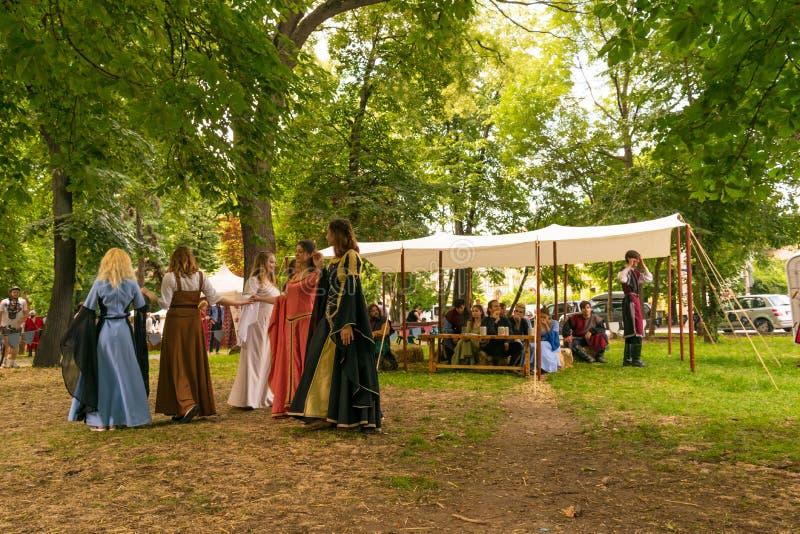 普洛耶什蒂,罗马尼亚- 2018年7月14日:装饰的夫人再生产在室外场面的老中世纪舞蹈在中世纪节日举行了i 免版税库存图片