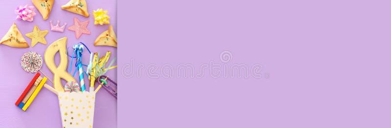 普珥节庆祝概念& x28;犹太狂欢节holiday& x29;在桃红色木背景 顶视图 钞票 免版税库存图片