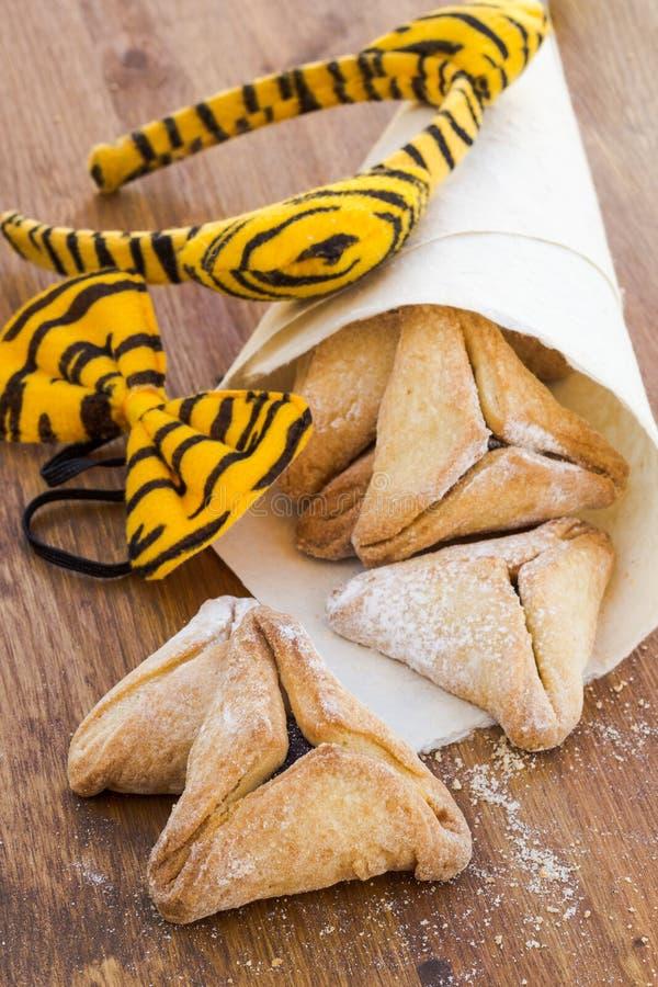 普珥节的Hamantaschen曲奇饼木表面上 免版税库存照片