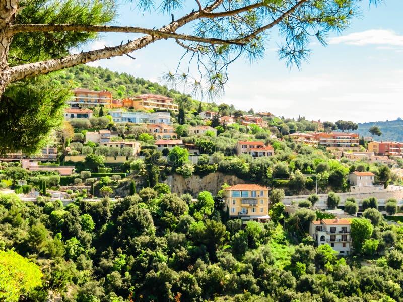 村庄在小山顶部 普罗旺斯,法国 图库摄影