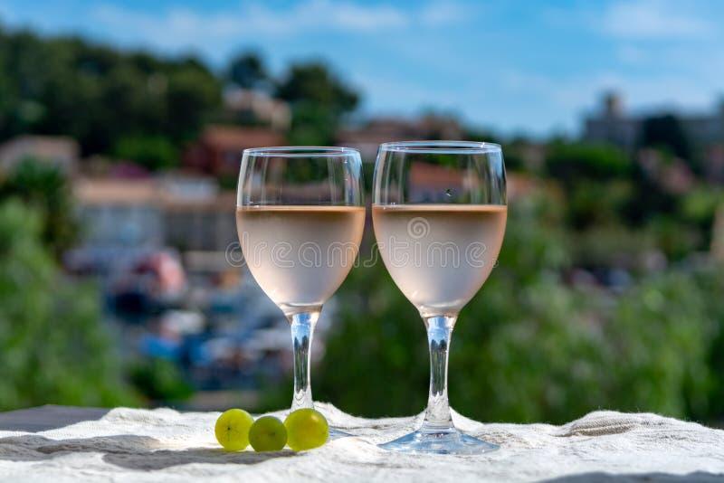 普罗旺斯,法国的玫瑰酒红色,被服务在室外大阳台的寒冷  免版税图库摄影
