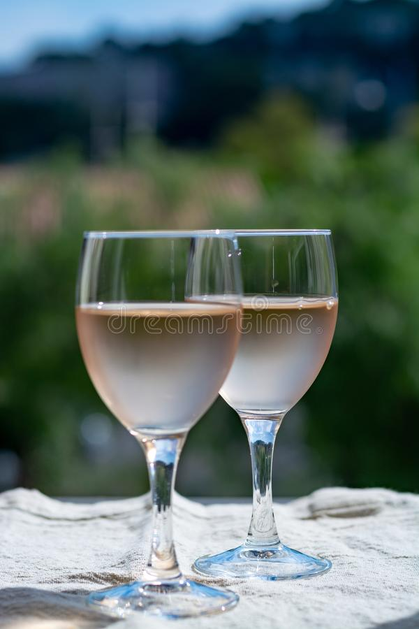 普罗旺斯,法国的玫瑰酒红色,被服务在室外大阳台的寒冷  图库摄影
