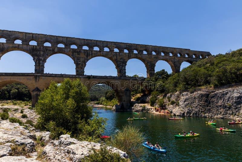 普罗旺斯,法国- 2018年6月18日:横跨加尔东河在普罗旺斯,法郎的Pont du加尔省(横跨加尔省的桥梁)古老罗马渡槽 库存图片