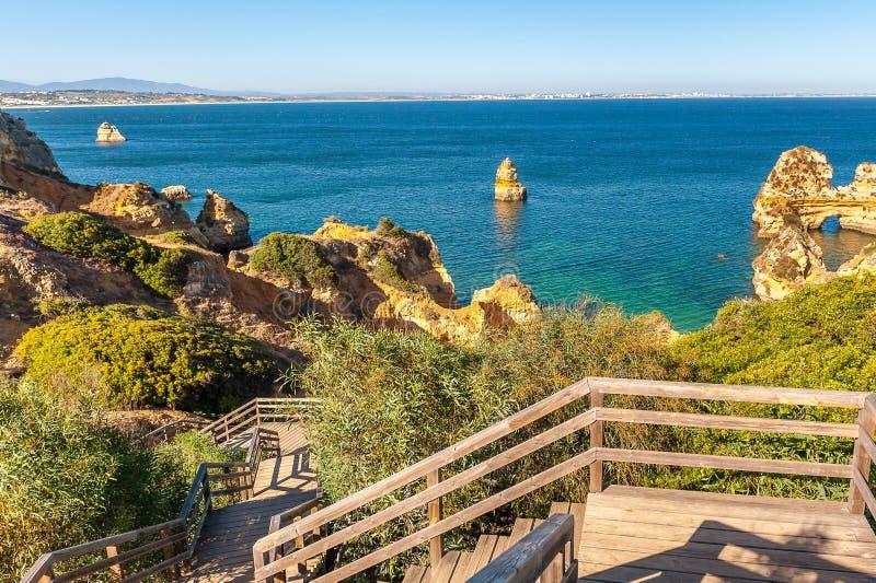 普腊亚在拉各斯,阿尔加威,葡萄牙做卡米洛海滩 免版税库存图片