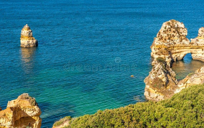普腊亚在拉各斯,阿尔加威,葡萄牙做卡米洛海滩 免版税图库摄影