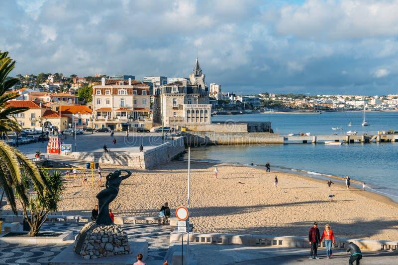普腊亚da Ribeira,卡斯卡伊斯海边都市风景  在火车站附近的亲密海滩和受游人欢迎 免版税库存照片