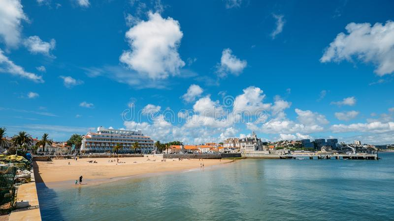 普腊亚da Ribeira,卡斯卡伊斯海边都市风景  在火车站附近的亲密海滩和受游人欢迎 免版税库存图片
