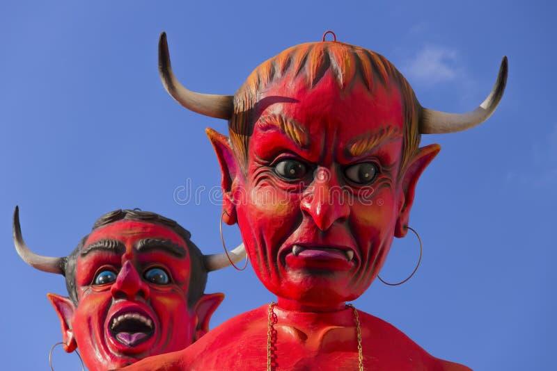 普蒂尼亚诺,普利亚,意大利- 2015年2月15日:狂欢节浮游物,巨型纸mache 恶魔的面孔 免版税库存图片
