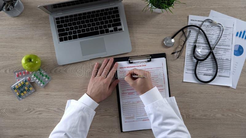 普通开业医生填装的健康保险索赔表,医疗保健顶视图  免版税库存照片