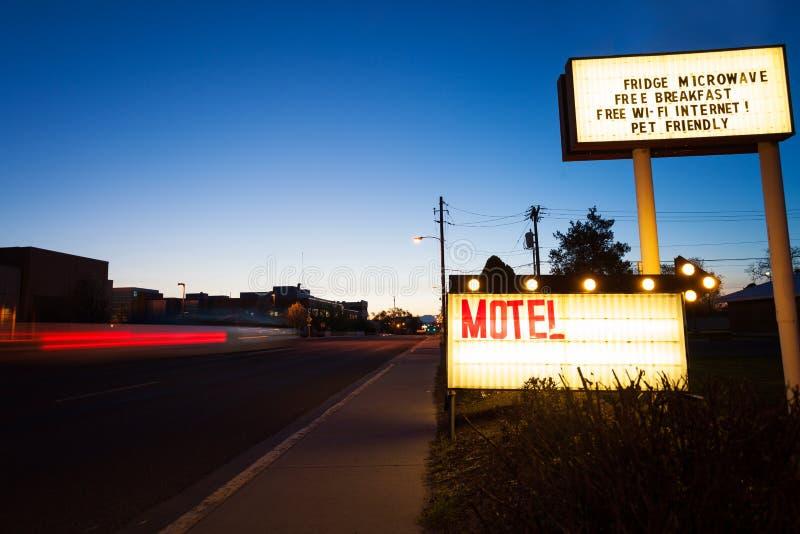 普通汽车旅馆签到在路的黄昏 库存照片