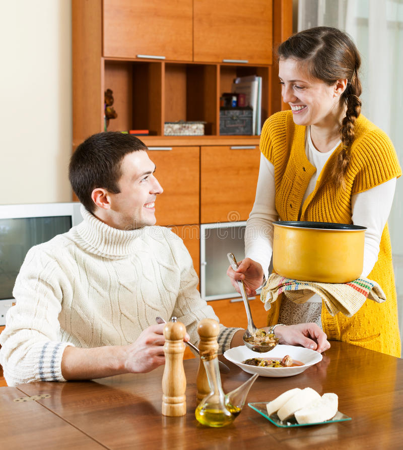 普通的女孩服务午餐在桌上 免版税库存图片