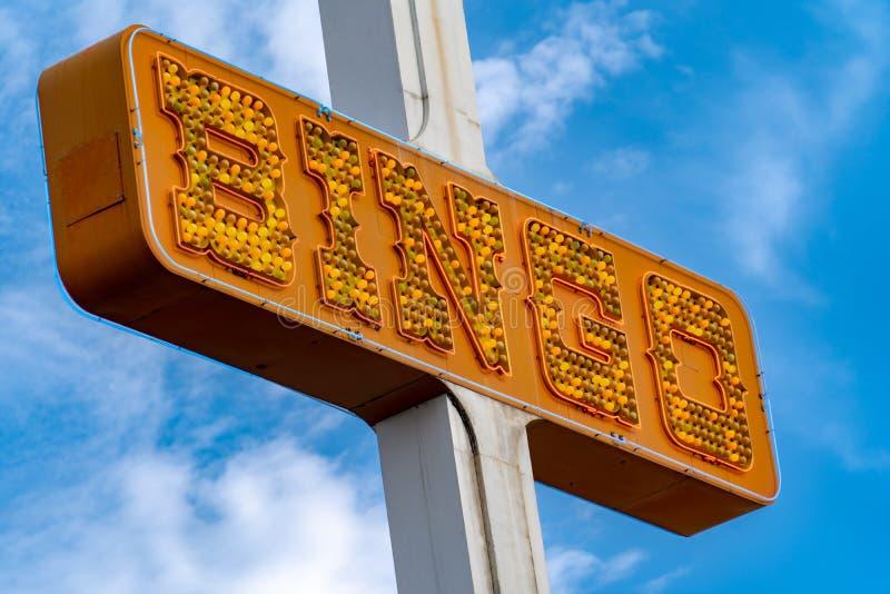 普通的宾果游戏霓虹灯广告橙色光,未点燃,自白天 库存图片