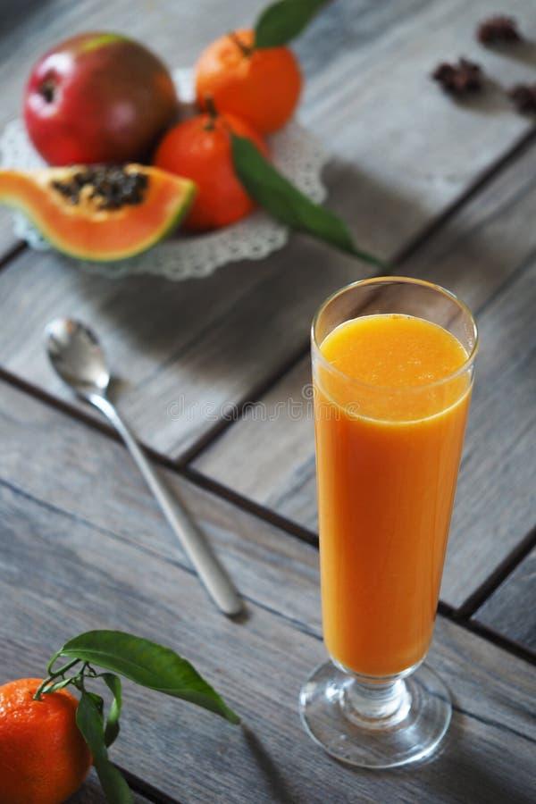 普通话和芒果汁 库存图片