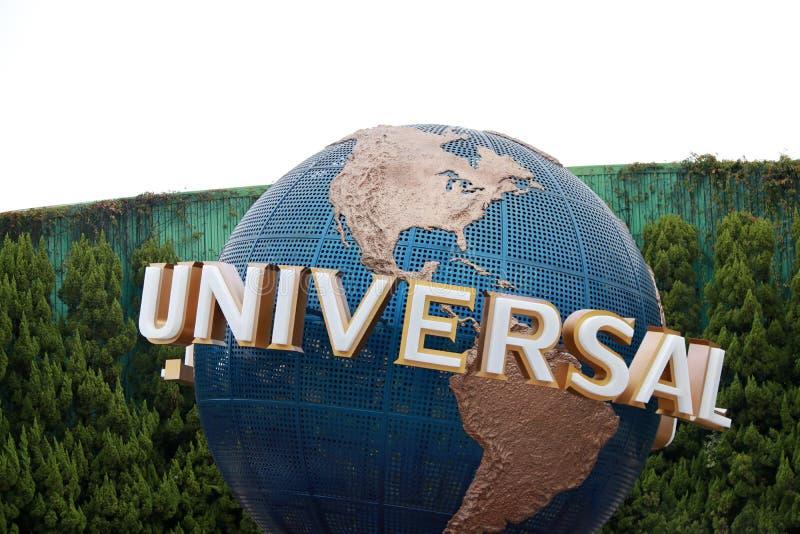 普遍地球和背景绿色树墙壁转动的地球在日本环球影城 库存图片