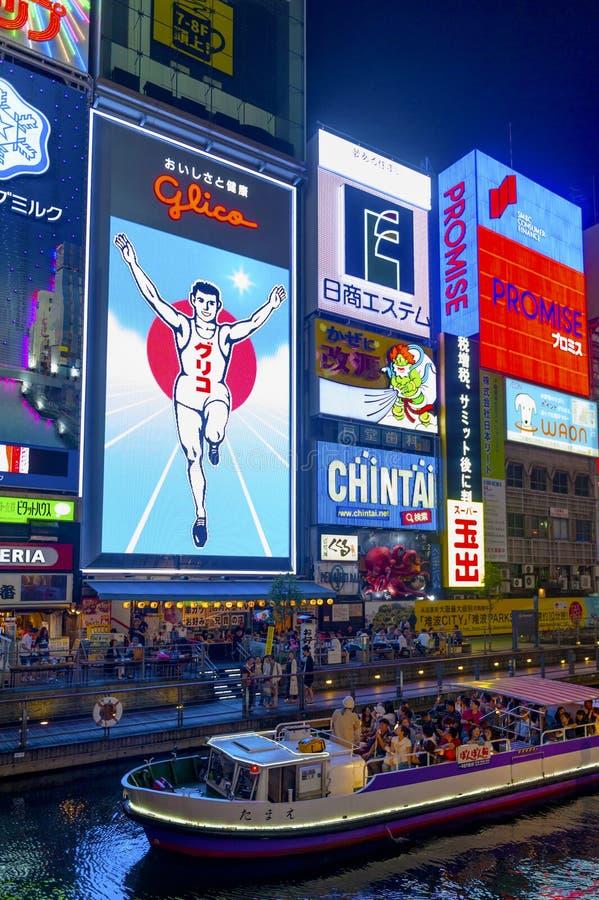 普遍的夜购物场面在Dotonbori Namba地区的大阪市与被阐明的霓虹灯广告和广告牌沿河 库存图片